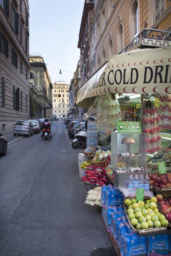 Mercado de la comida de la calle con la vespa de motor en Roma, Lazio, Italia fotografía de archivo