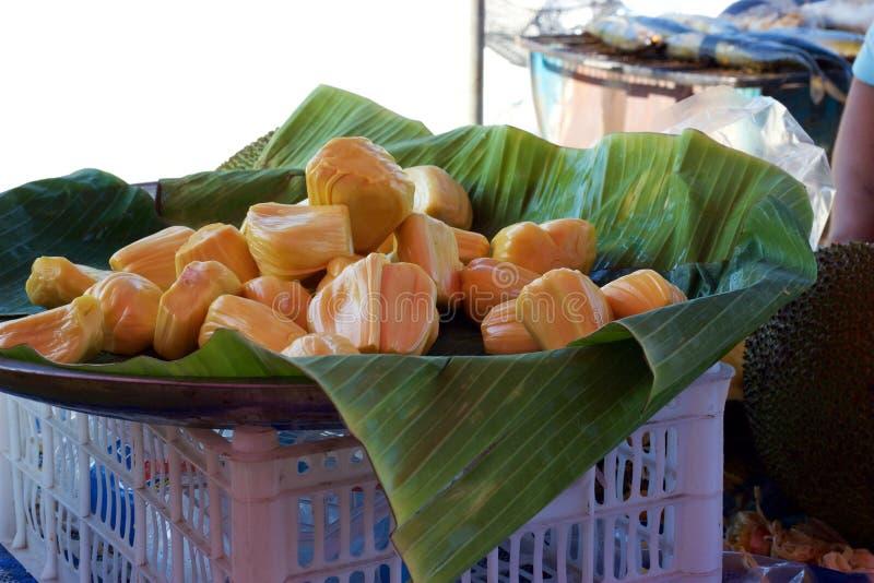 Mercado de la comida de Phuket, Tailandia: Corte recientemente los pedazos del jackfruit en cuenco foto de archivo
