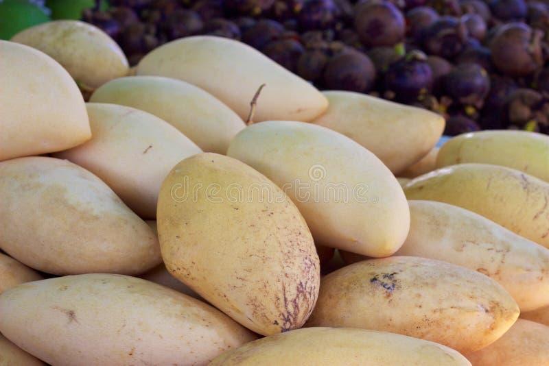 Mercado de la comida de Phuket, Tailandia: mangos frescos en el vendedor de la fruta foto de archivo