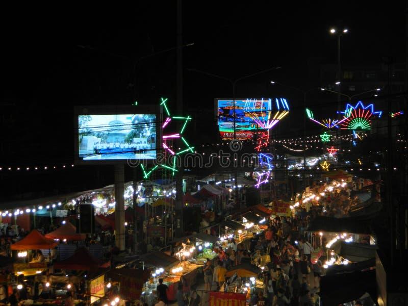 Mercado de la comida de la noche, comida de la calle, festival de Buda, Samutprakarn, Tailandia imágenes de archivo libres de regalías
