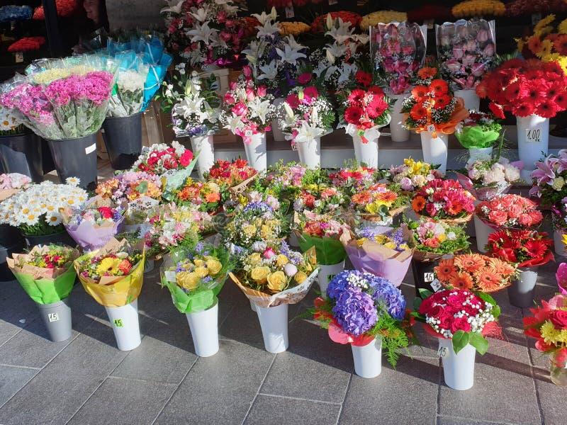 Mercado de la flor en Tallinn, Estonia que vende ramos hermosos fotografía de archivo libre de regalías