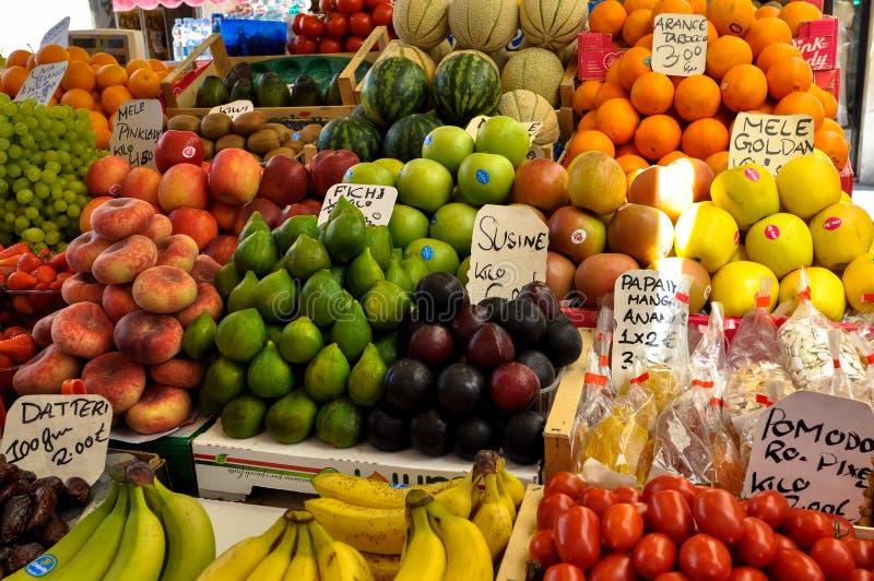 Mercado de la fruta con el precio imagenes de archivo