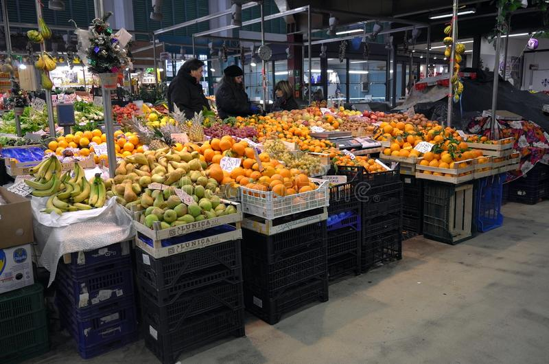 Mercado de la fruta en la ciudad de Florencia, Italia imagen de archivo