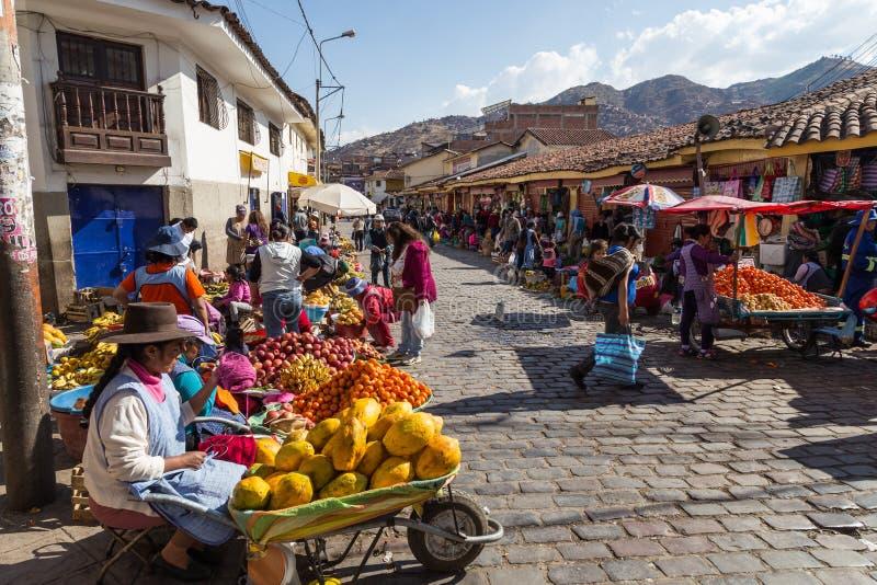 Mercado de la fruta en los steets de Cusco, Perú imagen de archivo libre de regalías