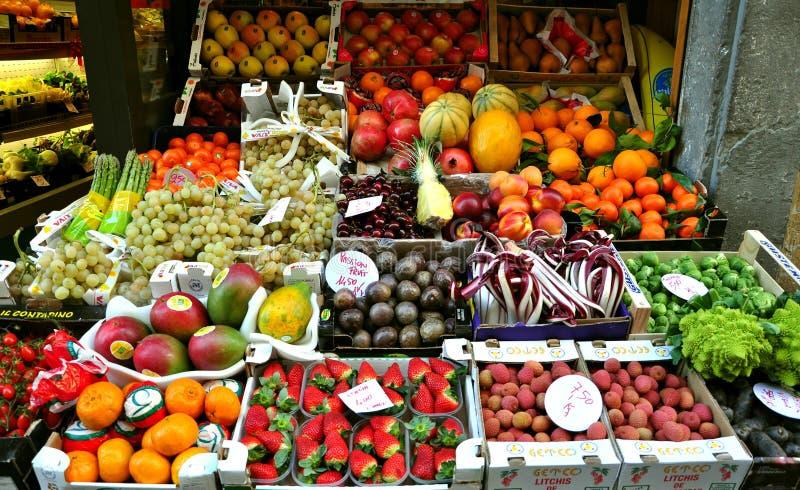 Mercado de la fruta orgánica en Italia imagen de archivo libre de regalías