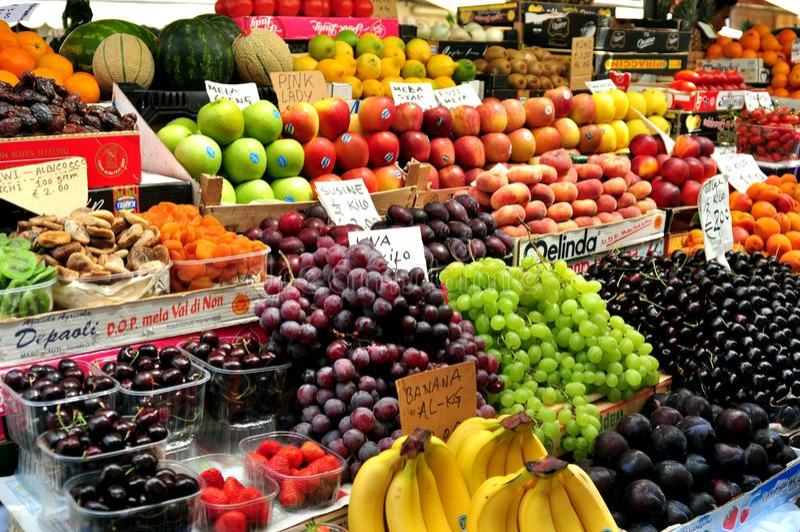 Mercado de la fruta orgánica en Italia fotos de archivo