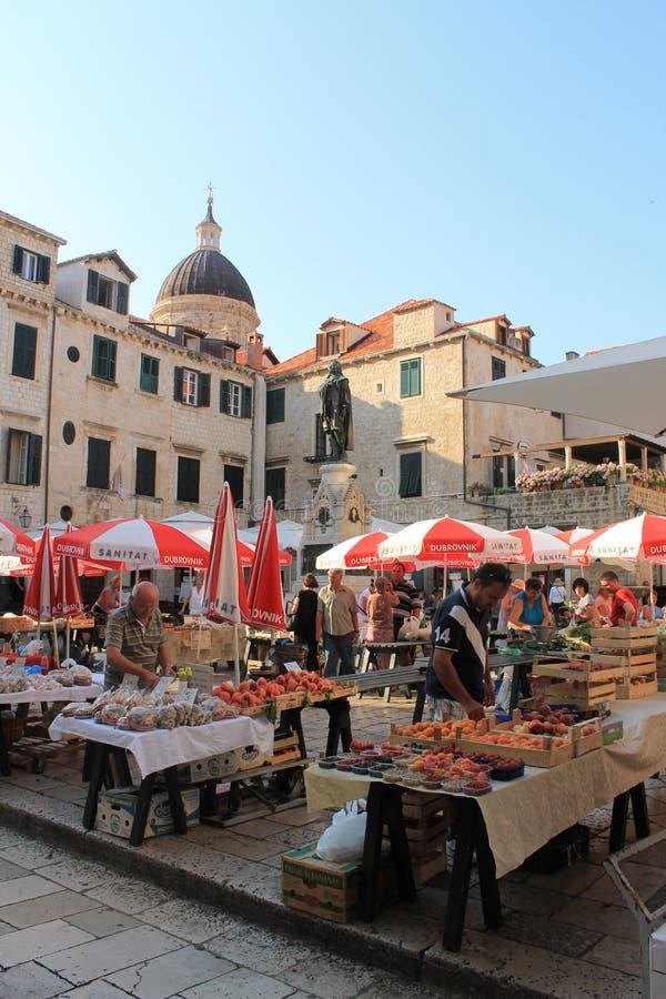 Mercado de la mañana en la ciudad vieja de Dubrovnik Croacia fotografía de archivo libre de regalías