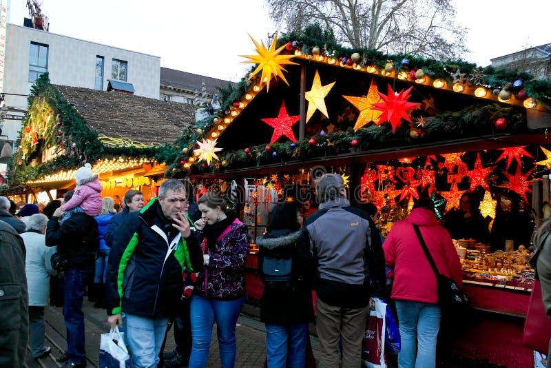 Mercado de la Navidad de la gente que visita en Karlsruhe foto de archivo libre de regalías