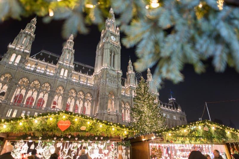 Mercado de la Navidad de Wien delante ayuntamiento fotos de archivo
