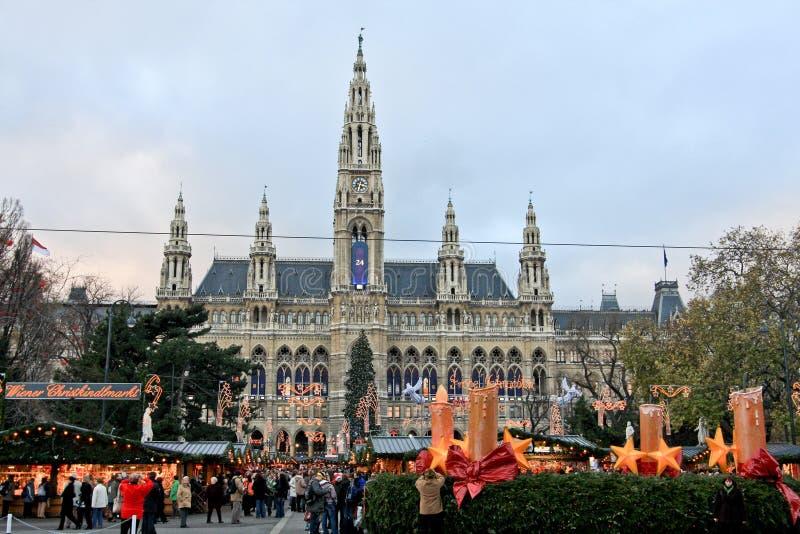 Mercado de la Navidad delante ayuntamiento Viena imagenes de archivo