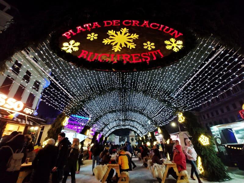 Mercado de la Navidad en Bucarest central en la noche imagen de archivo libre de regalías