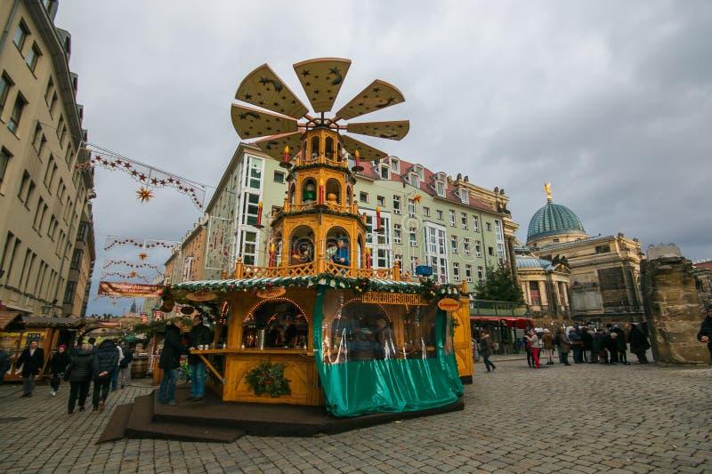 Mercado de la Navidad en el centro histórico de Dresden imagenes de archivo