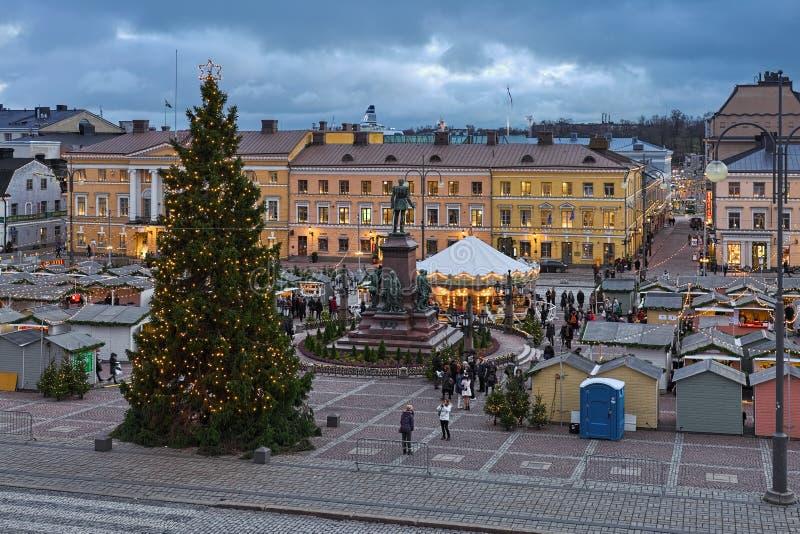 Mercado de la Navidad en el cuadrado del senado de Helsinki, Finlandia fotos de archivo