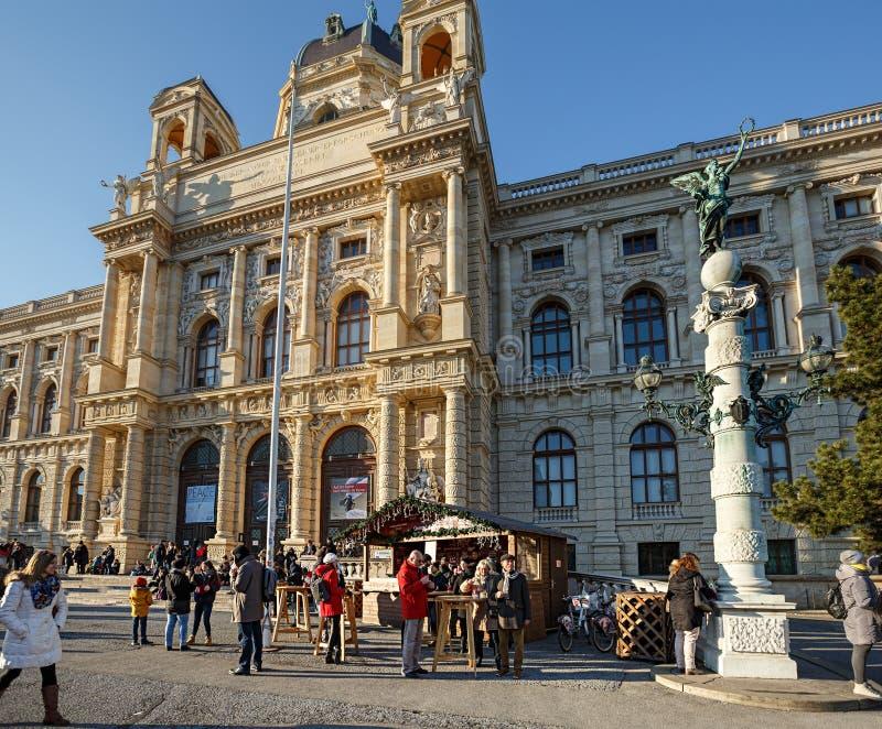 Mercado de la Navidad en el museo de la historia natural en el centro histórico de la ciudad Viena, Austria, Europa fotos de archivo libres de regalías