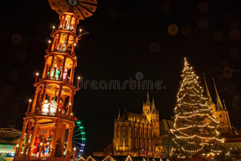 Mercado de la Navidad en Erfurt con la visión desde el pyramide y el árbol a la catedral del cathedralnd foto de archivo