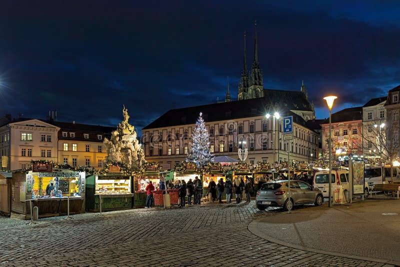 Mercado de la Navidad en la plaza del mercado vegetal de Zelny Trh en Brno, República Checa fotografía de archivo