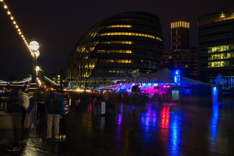 Mercado de la Navidad enfrente ayuntamiento en Londres Reino Unido imagen de archivo libre de regalías
