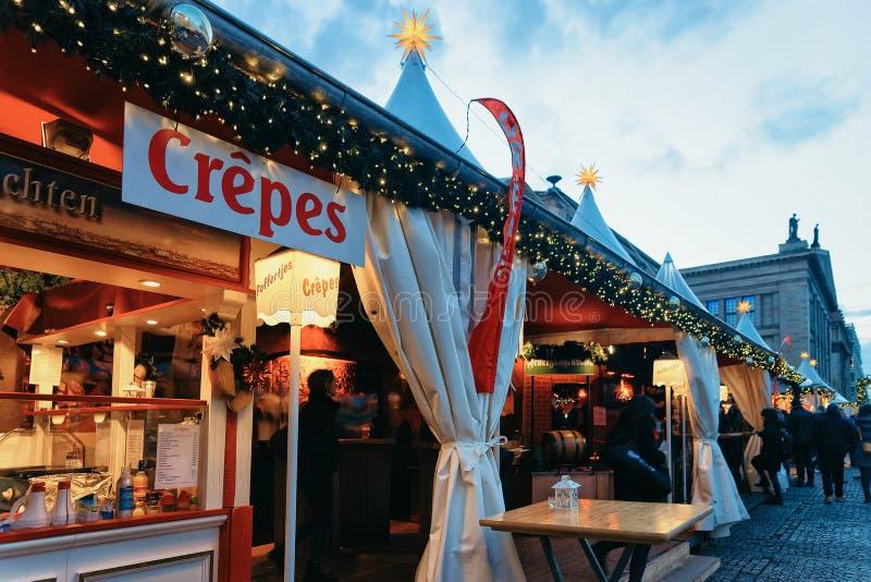 Mercado de la Navidad de la noche de las crepes de los crespones en Gendarmenmarkt en el invierno Berlín imagenes de archivo