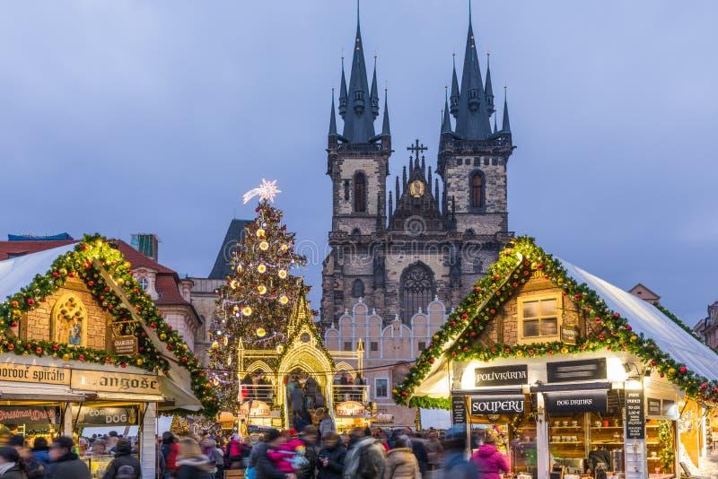 Mercado de la Navidad de Praga en la noche en vieja plaza con azul fotografía de archivo