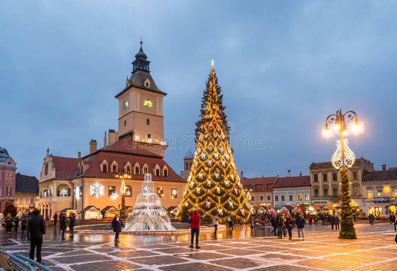 Mercado de la Navidad y árbol de las decoraciones en el centro de la ciudad de Brasov, Transilvania, Rumania fotos de archivo