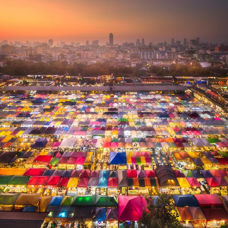 Mercado de la noche con la comida de la calle en Bangkok foto de archivo libre de regalías