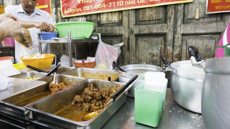 Mercado de la noche para el cocinero que cocina en Chinatown y x28; Yaowarat& x29; Camino, la calle principal en Chinatown, una v imágenes de archivo libres de regalías