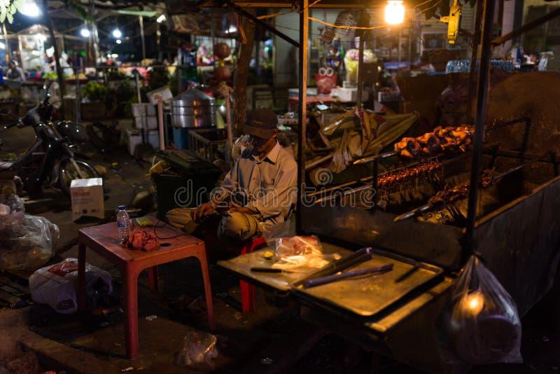 Mercado de la noche y gente del Khmer que vende la comida foto de archivo libre de regalías