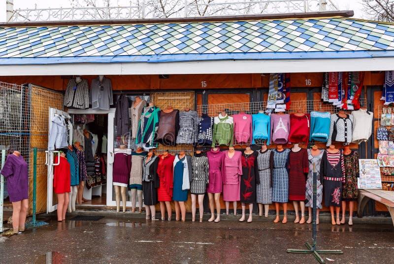 Mercado de la ropa Moscú, Rusia foto de archivo
