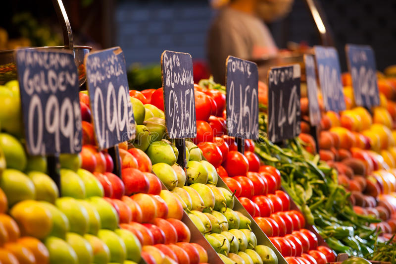 Mercado de las frutas, en el La Boqueria, mercado famoso de Barcelona fotografía de archivo libre de regalías