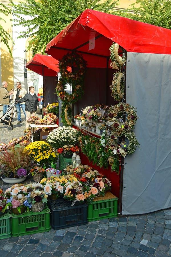 Mercado de los granjeros de la calle principal de Trencin - parada de la flor foto de archivo libre de regalías