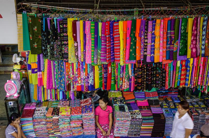 Mercado de matéria têxtil em Yangon, Myanmar imagem de stock