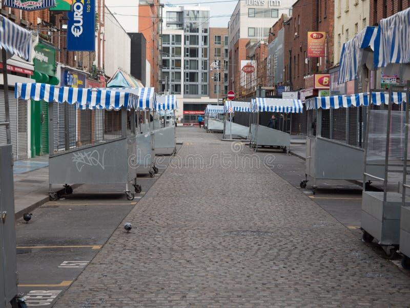 Mercado de Moore Street em Dublin, Irlanda, muito cedo - rua e todas as tendas esvaziam fotografia de stock