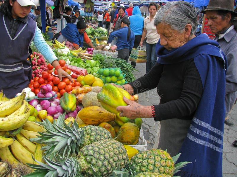 Mercado de Otavalo, Equador maio 7, 2009 imagem de stock royalty free
