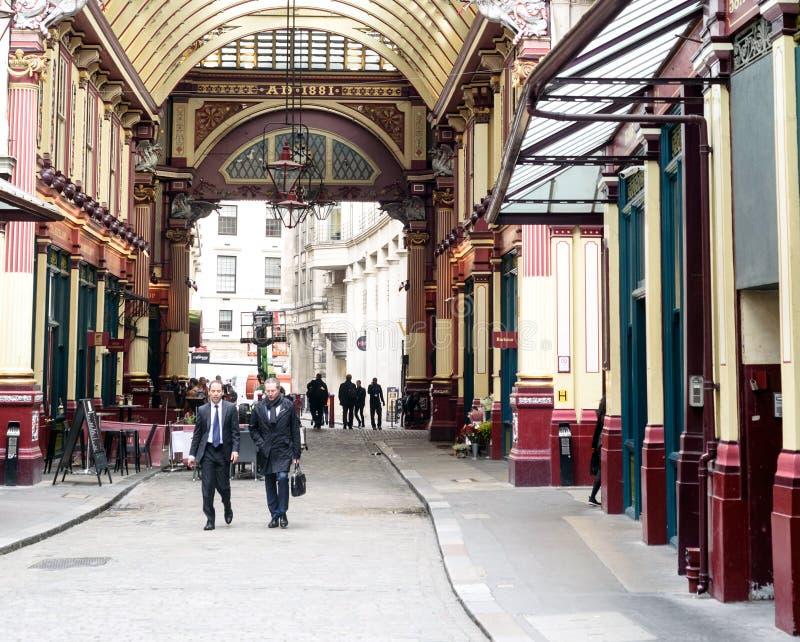 Mercado de passeio Londres de Leadenhall dos homens de negócio fotografia de stock royalty free