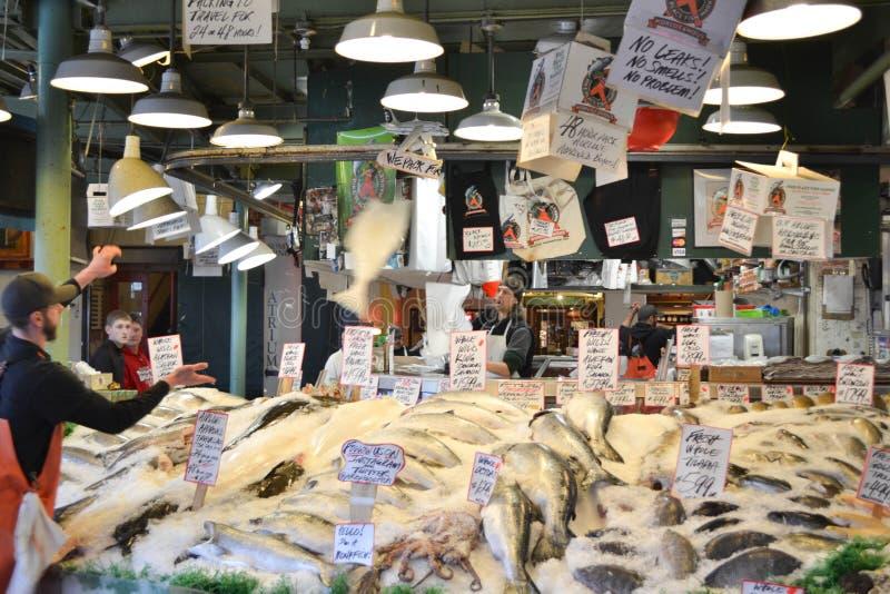 Mercado de peixes do lugar de Pike, Seattle, WA, EUA imagens de stock royalty free