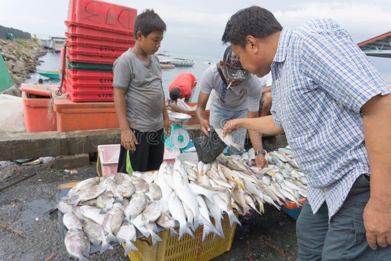 Mercado de pescados de Semporna imagenes de archivo