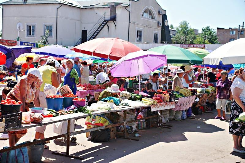 Mercado de Poltava, Ucrânia - 5 de agosto de 2015 imagem de stock