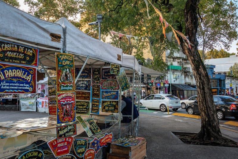 Mercado de pulgas en la plaza Serrano en Palermo Soho - Buenos Aires, la Argentina fotografía de archivo libre de regalías