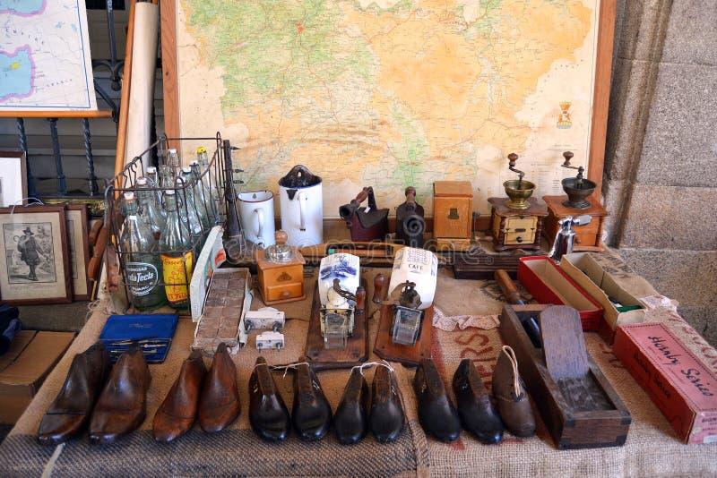 Mercado de pulgas en Oporto imagenes de archivo