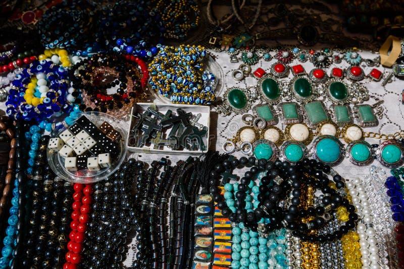 Mercado de pulgas Vernissage Ereván, Armenia de la joyería y de los accesorios imágenes de archivo libres de regalías