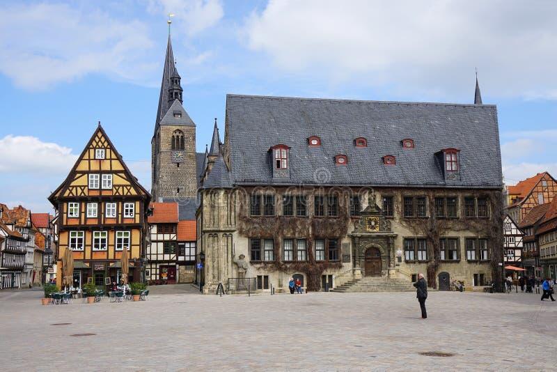 Mercado de Quedlinburg com câmara municipal imagem de stock