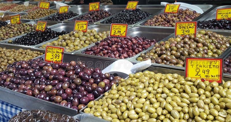 Mercado de rua com azeitonas da variedade em Atenas do centro, Grécia fotos de stock royalty free
