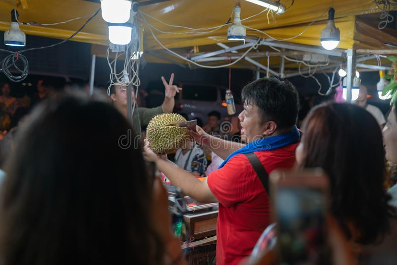 Mercado de rua da noite para locals em Kota Kinabalu, Sabah Malaysia fotos de stock