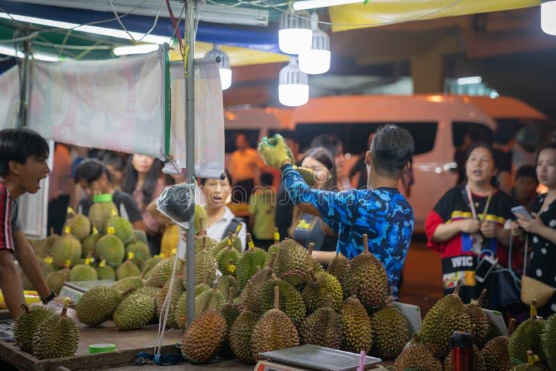 Mercado de rua da noite para locals em Kota Kinabalu, Sabah Malaysia imagem de stock royalty free