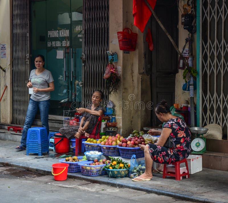 Mercado de rua de Hanoi foto de stock royalty free
