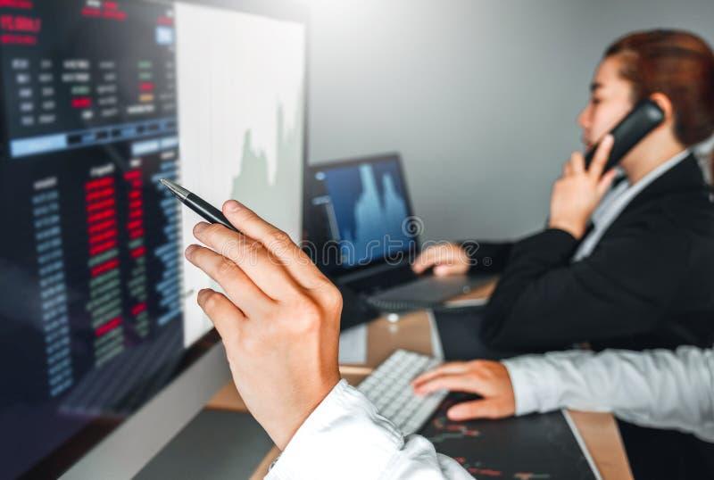 Mercado de valores de ação do investimento do negócio da equipe do negócio que discute o conceito dos comerciantes conservados em fotografia de stock