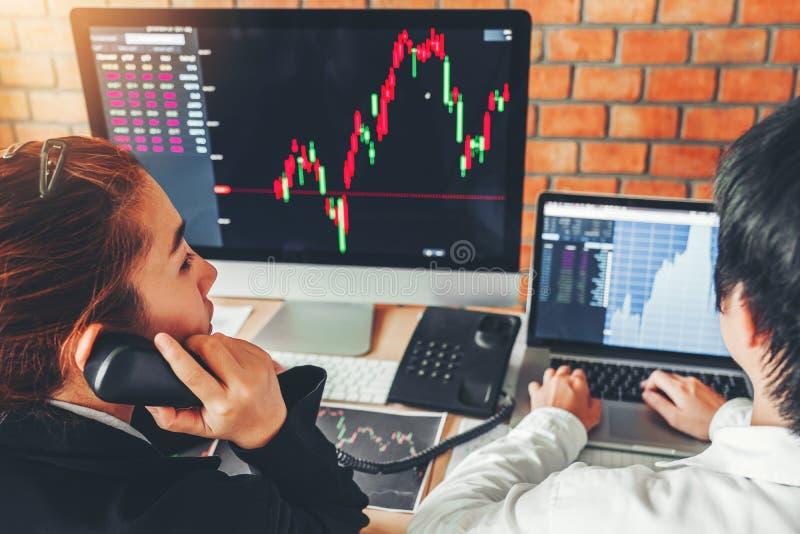 Mercado de valores de ação do investimento do negócio da equipe do negócio que discute o conceito dos comerciantes conservados em foto de stock
