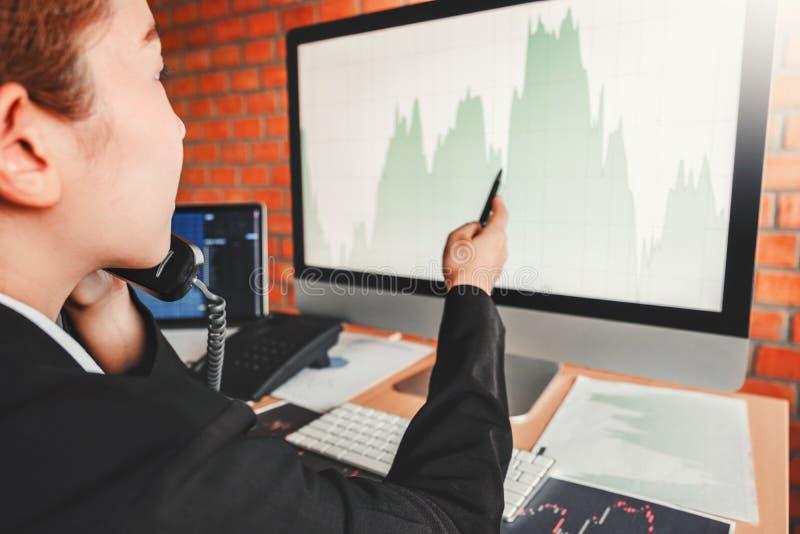 Mercado de valores de ação do investimento do negócio da mulher de negócio que discute o conceito dos comerciantes conservados em fotografia de stock