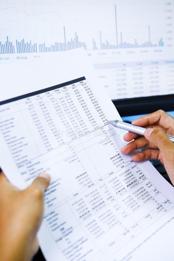 Mercado de valores de acção de Analizing imagens de stock