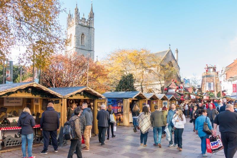 Mercado de visita do Natal dos povos no centro de cidade de Cardiff, Reino Unido fotos de stock